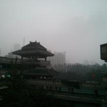 Und so schaut es an unserer Schule an Tagen aus, wo die Luftverschmutzung besonders schlimm ist... Theoretisch sind wir mitten in der Innenstadt und überall um die Schule herum sind Hochhäuser, aber die wurden vom Smog verschluckt...