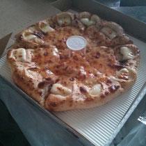 Chinesen kochen westliches Essen - schlechte Idee! Ich glaube, das soll Pizza sein...