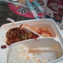 Mittagessen beim Seven-Eleven: Reis mit Tomate-Ei (lecker) und so einem Nuss-Fleisch-Gemisch mit Frühlingszwiebeln und Lauch, was man aber wohlgemerkt nicht mitisst :D