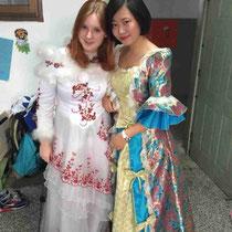Chloe und ich - wieso fand ich mein Kleid so wahnsinnig hässlich während es alle anderen schön fänden? :O Chinesen haben wohl keinen Modegeschmack