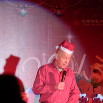 Mr. Derham, unser Direktor, hat eine Rede gehalten und dabei diese wahnsinnig lächerliche Weihnachtsmütze getragen :D