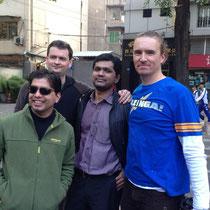 Unsere Lehrer von links nach rechts: Mr. Kuria (Sonnenbrille, Mathe für Luzi), Mr. Weber (Englisch), Mr. Rogan (Economics) und Mr. Strugnell (Mathe für mich).