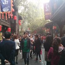 Eine Gasse in Jin Li - es war zwar ziemlich voll, aber trotzdem schön :)