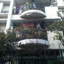 Da hat doch ernsthaft ein Nachbar seine selbstgemachten Würstchen zum Trocknen draußen auf dem Balkon aufgehängt :D
