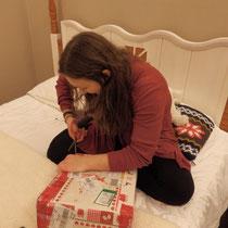 Schöner Start ins Neue Jahr: Ankunft der Weihnachtspakete! Das ist Luzi beim ungeduldigen Auspacken...