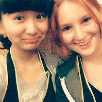 Tina und ich VOR dem Essen (deswegen lache ich noch ;)) - mit Schürzen damit wir uns nicht vollkleckern :D