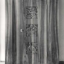 Schrank Nussbaum mit Reliefschnitzerei