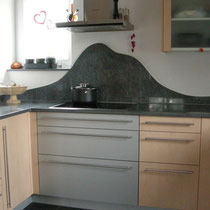 Küchenabdeckung mit Rückwand Onsernone, Bodenbelag Mustang Schiefer