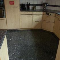 """Küchenboden aus """"Labrador blue pearl"""" Parkett entfernen, Boden schleifen, Granitboden verlegen und ausfugen. Ausführung Mai 2015"""