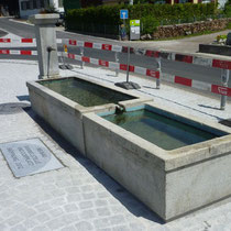 Dorfplatz Madetswil, Inschriftplatte aus Granit, Dorfbrunnen
