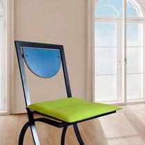 grünes Modell auf Stuhl