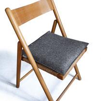 anthrazites Modell auf Klappstuhl
