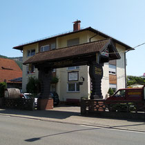 Eingangstor Weingut Wehweck
