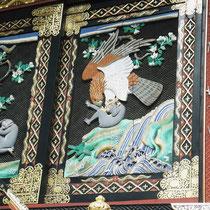 鷹と猿の彫刻