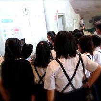 会場受付前では、昨年度のDVDを児童の皆さんが興味津々で見ていました。