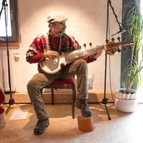 Sebastian David spielt auf einer Sarod