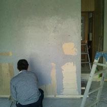 下地塗り作業中の職人さん