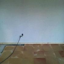 壁は漆喰、床は厚手のテラコッタ素材を使用