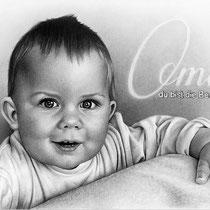 Portraitzeichnung eines Kindes mit Bleistift und eingearbeitetem Text