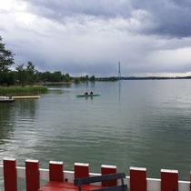 ein ruhiger See am Stadtrand