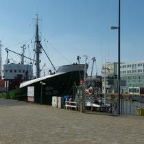 im Hafen liegen einige Schiffe