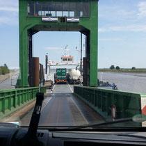wir fahren auf die Fähre nach Glückstadt