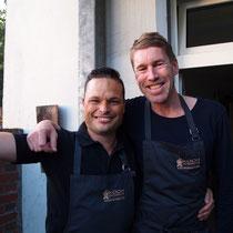 Maik und Jan haben schon ihre Kochschürzen um