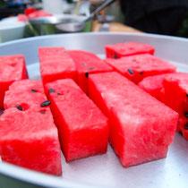 die Melone ist in Klötzen geschnitten