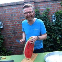 Kochcowboy Stefano bearbeitet die Melone