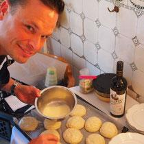 Maik freut sich, uns ein Gericht zuzubereiten