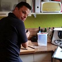 Maik zu Hause bei seinen Vorbereitungen
