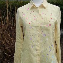 クリーム色の花びら舞い散るリネンシャツ