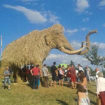 Mammouth - Sculpture sur Foin à Audrix - Hauteur 5m, longueur 9m, réalisation Christian Burger, Manon Cherpe, Anaïs Longchamp, Souasig