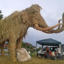 Mammouth - Sculpture sur Foin à Audrix - Hauteur 5m, longueur 9m
