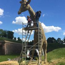 Girafe - Sculpture sur foin à Neuf-Brisach - Hauteur 6m, réalisation Manon Cherpe, Jean-Paul Schwindy, Léo Schwindy