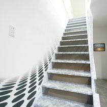 この階段からオフィスのある2階へどうぞ。