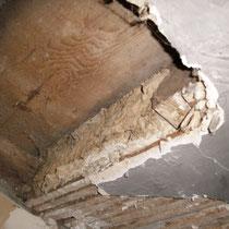 Lehm-Strohmischung in der Decke