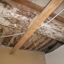 Längs und quer gelegte Balken und Ruten bilden die Grundlage für die Decke