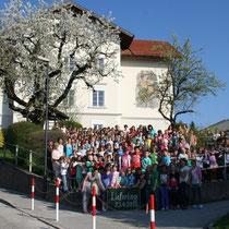 Foto unserer Schule mit UNS - aufgenommen auf den Tag genau 100 Jahre später - am 25. April 2013