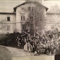 Foto unserer Schule und der damaligen Schulgemeinschaft  - aufgenommen am 25. April 1913