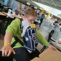 Maik entspannt mit Maximilian nach dem Frühstück bei IKEA