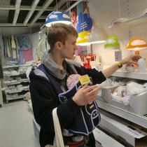 Florian sucht mit Pia Babyeinrichtungen aus