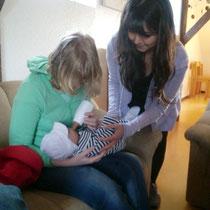 Frau Ohlrich zeigt Jessica, wie sie Leon beim füttern richtig hält