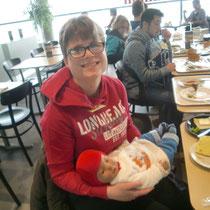 Melissa mit Leon beim Frühstück bei IKEA