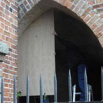 die Schablone für den Einbau der Glastür wird probiert