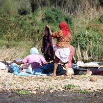 Marokkaanse vrowen wassen in de rivier