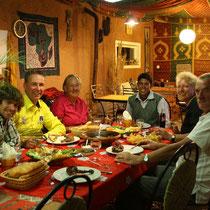 Eten in de eetkamer bij Renate en Paul