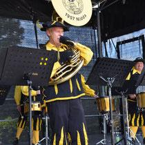 Für besondere Freude bei den Gästen sorgte dieser Musiker mit seinem Sousaphon