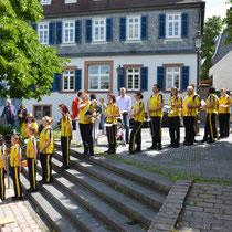 Aufmarsch der Musikerinnen und Musiker der Castellum Music & Show e.V. aus Mainz-Kastel