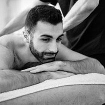 Un homme qui reçoit un gommage corps par un homme à Lyon